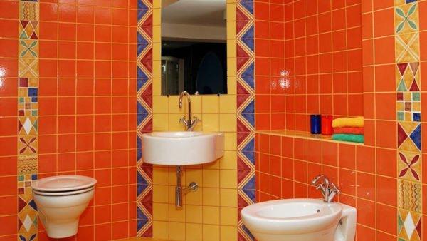 Использование цветной затирки в дизайне ванной