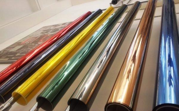 Использование цветных пленок позволяет придать балкону оригинальный внешний вид