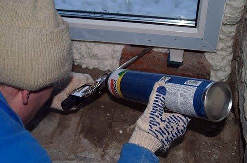 Изначально неправильный монтаж окна – слишком большой монтажный зазор.