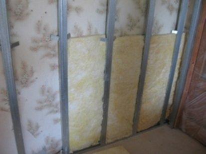 Изоляционные материалы удобно фиксировать с помощью подвесов