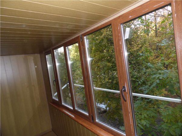 Как украсить красиво балкон изнутри - использование МДФ и пластиковых окон под дерево