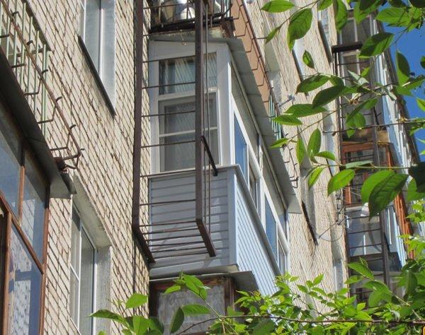 Как вариант, вынос на боковую стенку балкона
