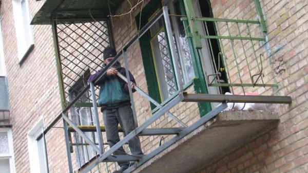 Каркас из уголка с выносом за пределы балконной плиты.