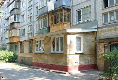 Кирпичный балкон с бетонным цоколем.