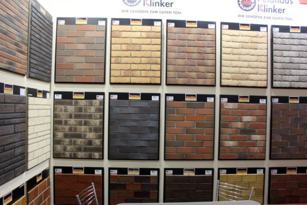 Клинкерной плиткой можно оформить не только пол, но и стены.