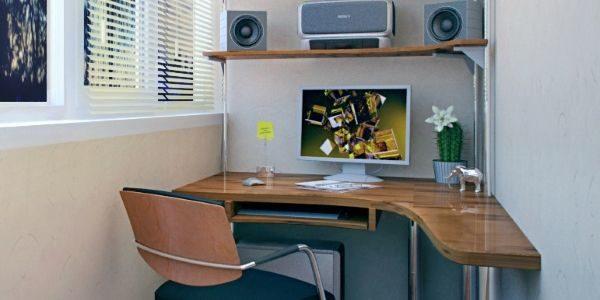 Компьютерный стол в торце лоджии.