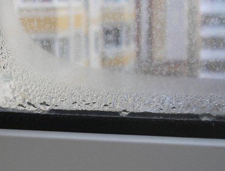Конденсат на стеклах - первый признак проблем с вентиляцией.
