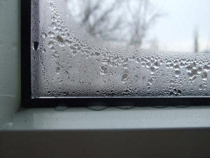 Конденсат на стекле - первый признак надвигающихся неприятностей.