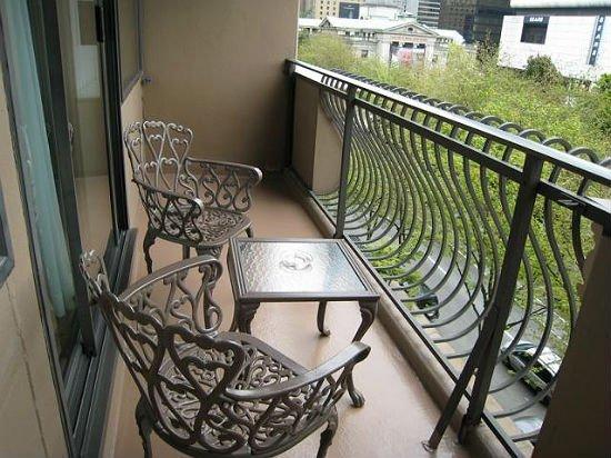Кованая мебель – еще один практичный вариант для открытого балкона