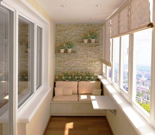 Красивая и теплая отделка, и балкон может стать уютным местом отдыха