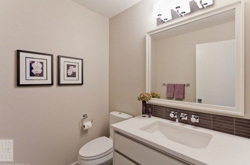 Краска – самый бюджетный вариант оформления ванной.