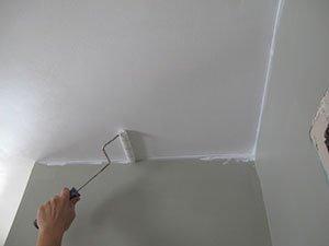 Краска (на фото) – универсальный и недорогой способ отделки.