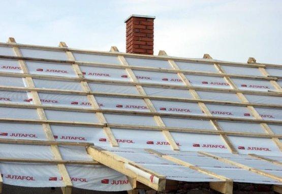 Крыша с установленной обрешеткой.
