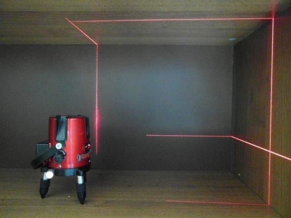 Лазерный луч, проецируемый на стену, избавит от сложных акробатических трюков с линейкой.