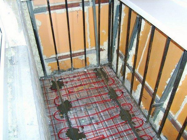 Маяки, установленные под заливку стяжки поверх трубной разводки.