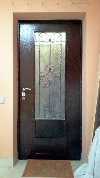 металлические двери в помещении