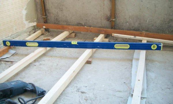Монтаж деревянных лагов (фото с другого объекта).