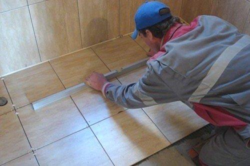 Монтаж кусков плитки требуемой толщины