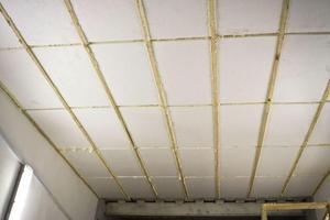 Монтаж пенопласта под обрешетку на потолке.