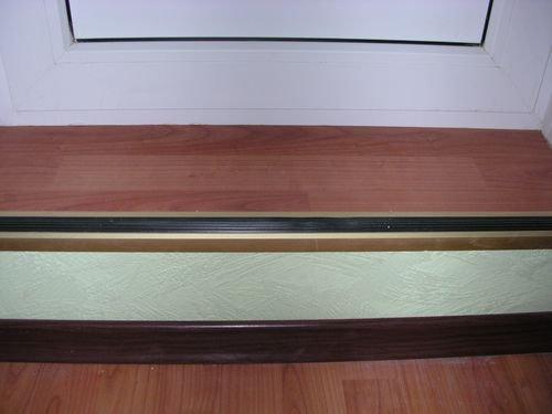 Можно поставить уголок на порожек с противоскользящей полосой