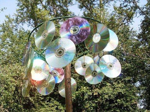 Можно соорудить вот такой отпугиватель из дисков