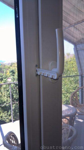 На фото - оконный фиксатор в окне моей мансарды.