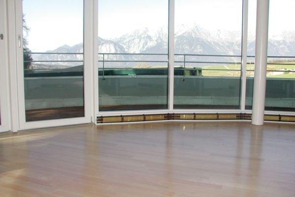 На фото - теплый плинтус под панорамным окном.