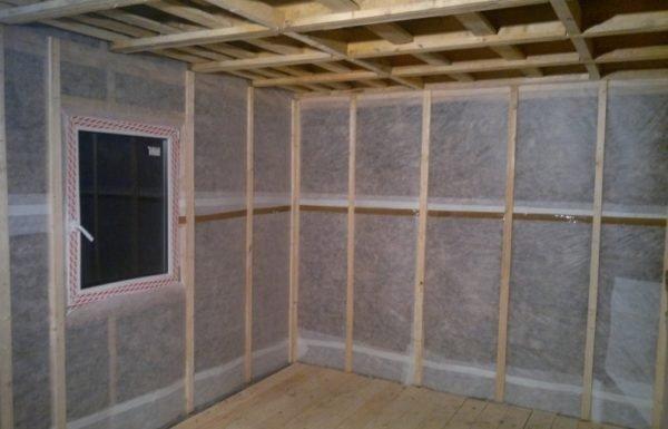 На фото - внутренние стены с установленной пароизоляцией.