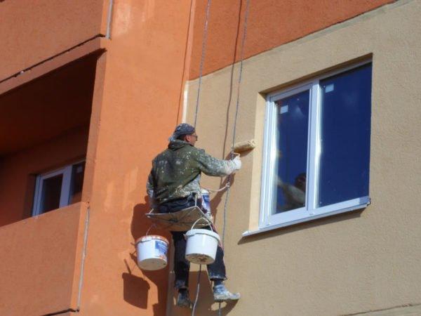 На фото – покраска фасада