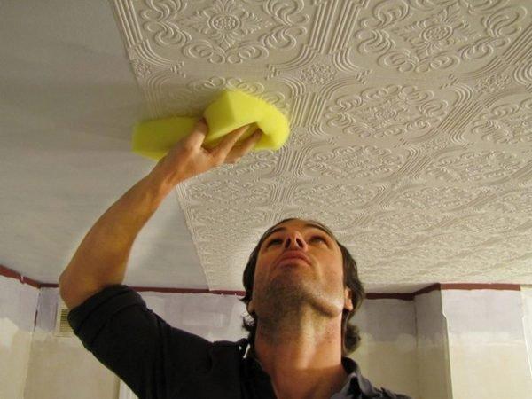 На фото – приклеивание потолочной плитки