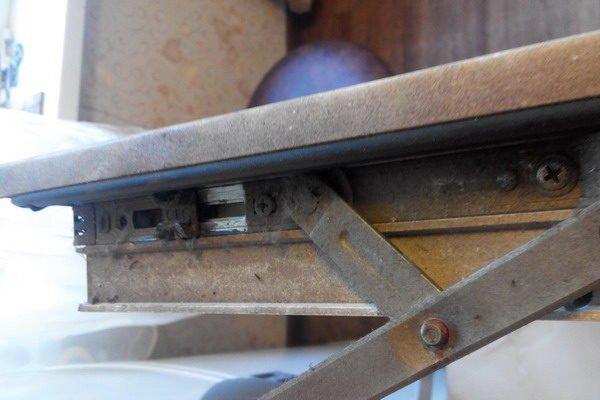На фото – привод окна, которое простояло три года без смазки и чистки