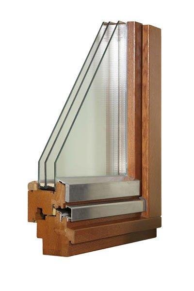 На фото деревянное окно с ассиметричным стеклопакетом.