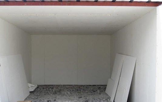 На фото: гараж из профнастила нужно утеплять в обязательном порядке