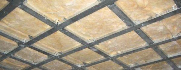 На фото: каркас должен быть прочным, иначе на поверхности гипсокартона будут появляться трещины
