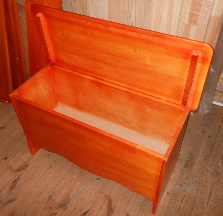 Скамья с ящиком для хранения на кухню.