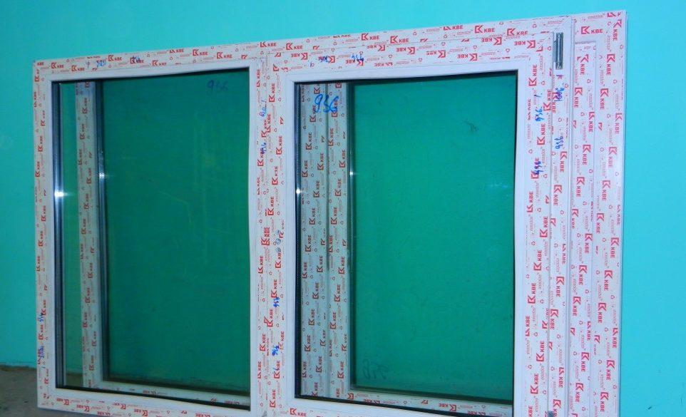 На фото нестандартный стеклопакет в ПВХ профиле с увеличенной шириной створок