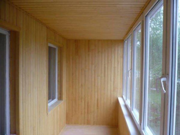 На фото: такая отделка смотрится очень уютно и отлично подходит для создания зоны отдыха