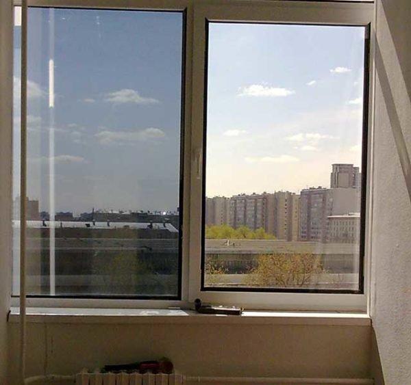 На левой створке окна наклеена солнцезащитная пленка.