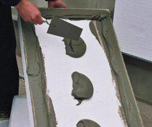 На минеральную поверхность пенопласт крепится с помощью клея.