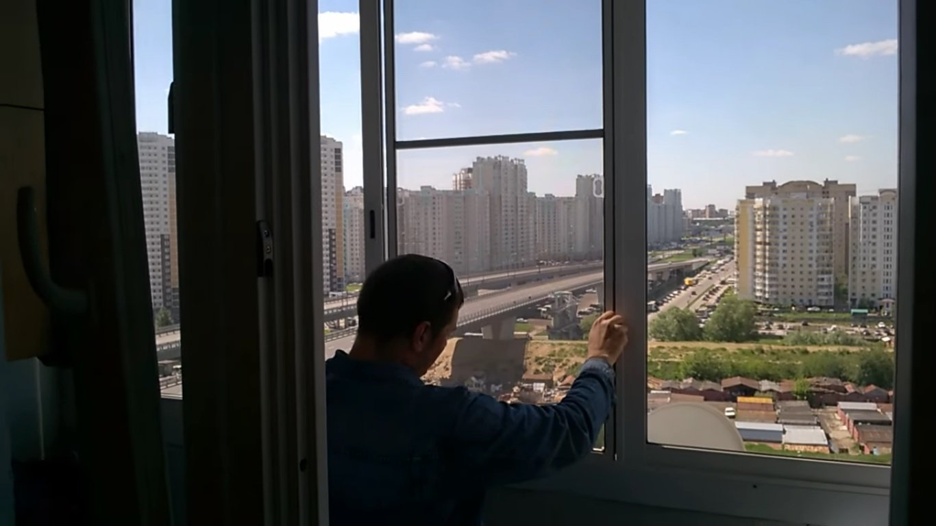 Москитные сетки на раздвижные окна балкона: 5 видов конструк.
