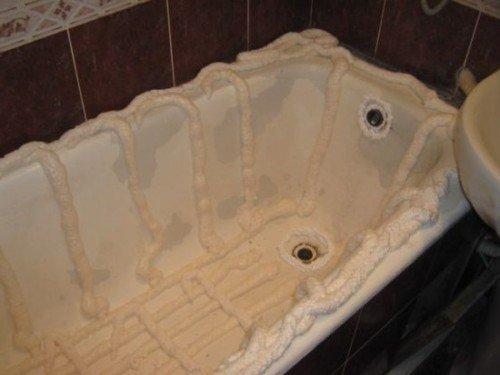 Нанесение пены на внутреннюю поверхность ванны.