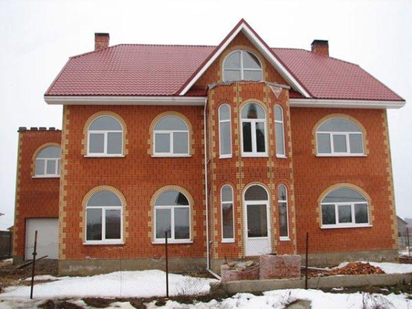Наружная отделка и форма окон формирует внешний облик фасада.