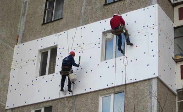 Наружное утепление городской квартиры часто связано с немалыми трудностями.