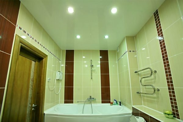 Натяжной потолок отлично подходит для оформления ванной.