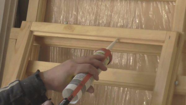 Наверно не нужно уточнять, что перед нанесением силикона выемка по всему периметру очищается от древесной пыли и опилок