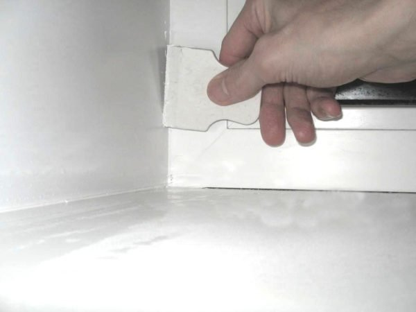 Небольшой резиновый шпатель поможет выровнять слой состава и распределить его равномерно