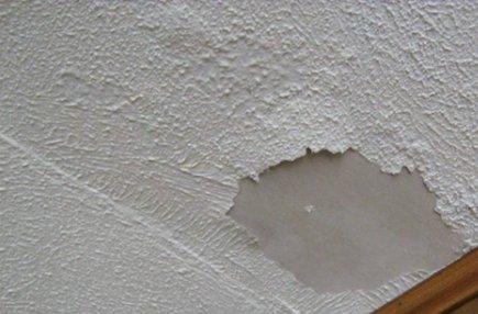 Некоторые отделочные материалы не подходят для оформления потолка в ванной.
