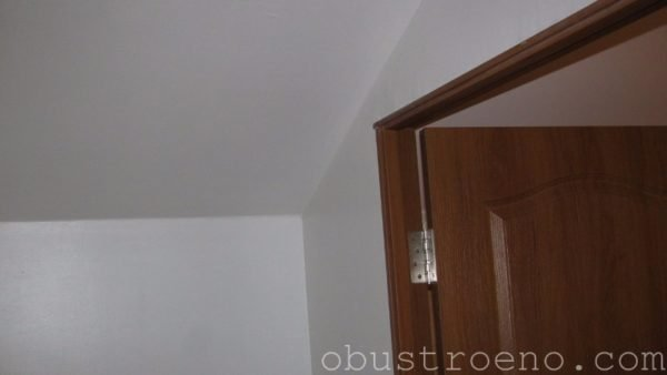 Низкий потолок у стены мансардного санузла вынудил использовать листы толщиной 12,5 мм.