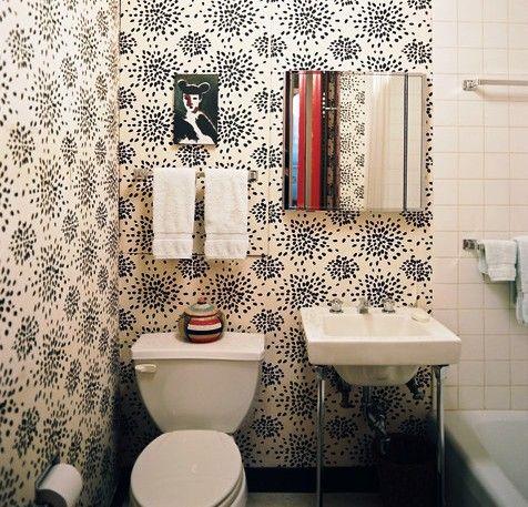 Обои – недорогой способ отделки стен в ванной.
