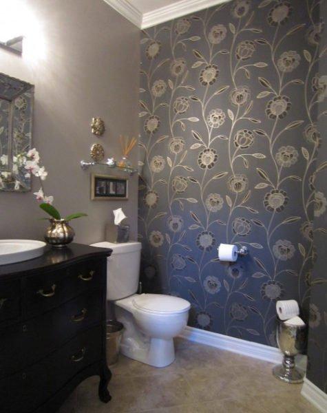 Обои в ванной позволяют разнообразить интерьер.